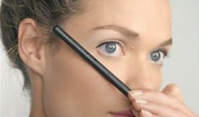 Model applying liquid eyeliner