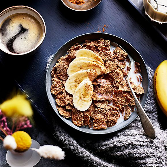Bran flakes with oat milk and banana slices