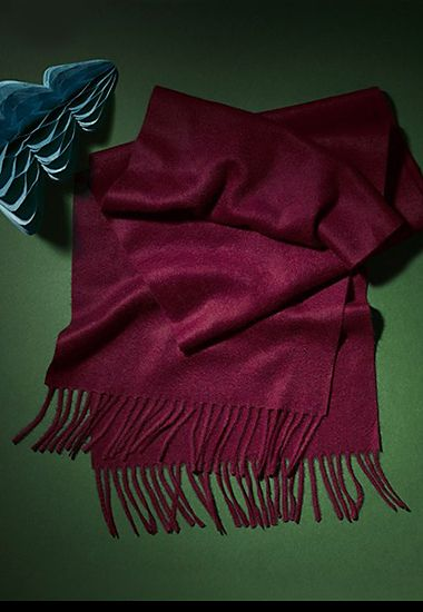Burgundy cashmere scarf with fringed edges
