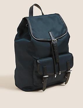 Rucksack mit Zugverschluss und Schnallendetail