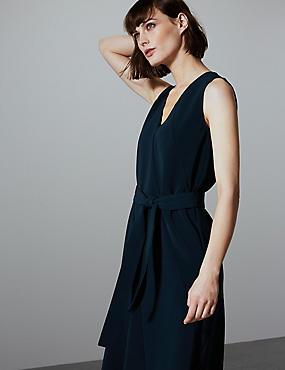 Tailliertes Midi-Kleid mit Nahtdetail ... df95ff36ce