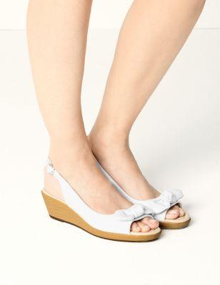"<Font Style=""Vertical Align: Inherit;""><Font Style=""Vertical Align: Inherit;"">Leather Sandals With Wedge Heel And Bow</Font></Font> by 35 Dagen Retourneren"