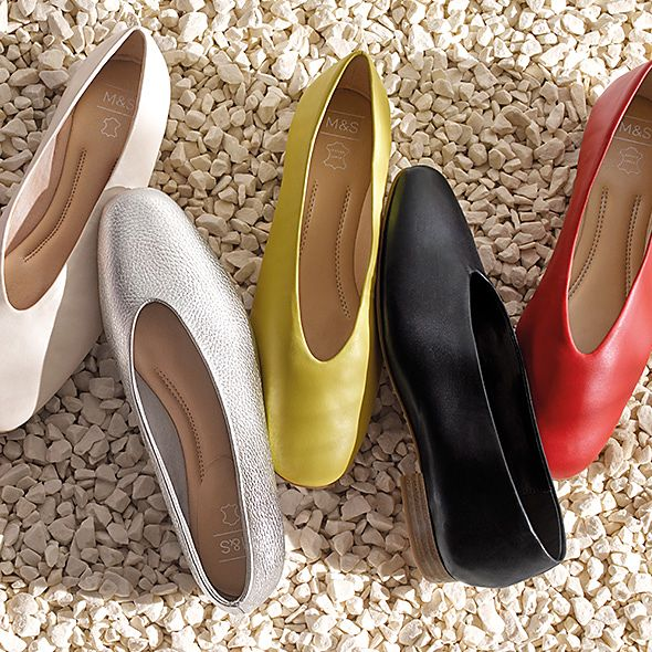 Coloured leather high-cut ballerina pumps on the ground