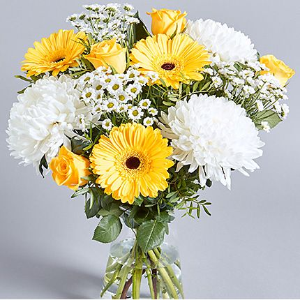 Bouquet of yellow and white blooms